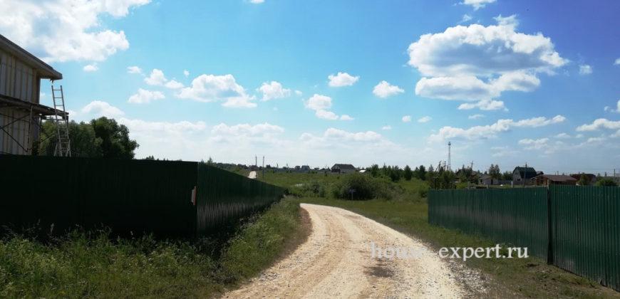 Участок с домом 14 соток, огорожен забором, электричество и подъезд.